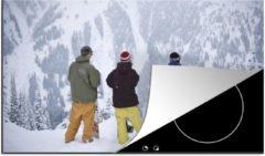 KitchenYeah Luxe inductie beschermer Snowboarden - 90x52 cm - Drie snowboarders bekijken de besneeuwde berghellingen - afdekplaat voor kookplaat - 3mm dik inductie bescherming - inductiebeschermer