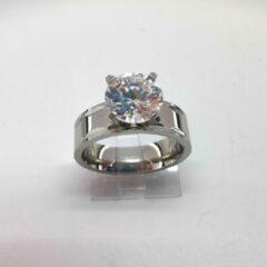 Zilveren Lili 41 Deze prachtige ring van edelstaal met fonkelend kwaliteit zirkonia van Ø 8 mm het steen is op 4 pootjes gezet en het ring zelf is met streep bewerkt in maat 18.