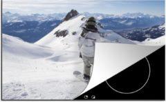 KitchenYeah Luxe inductie beschermer Snowboarden - 78x52 cm - Een snowboarder kijkt uit over de besneeuwde bergen - afdekplaat voor kookplaat - 3mm dik inductie bescherming - inductiebeschermer