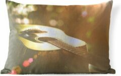 PillowMonkey Sierkussen Akoestische gitaar voor buiten - Abstract portret van een akoestische gitaar - 50x30 cm - rechthoekig weerbestendig tuinkussen / tuinmeubelkussen van polyester
