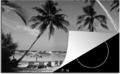 Blauwe KitchenYeah Luxe inductie beschermer Boracay - 78x52 cm - Palmbomen en ligstoelen op het strand van Boracay - zwart wit - afdekplaat voor kookplaat - 3mm dik inductie bescherming - inductiebeschermer