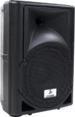 Zwarte De Artis 8A van Devine is een kleine krachtpatser met ingebouwde versterker. Zo kan hij moeiteloos op een stopcontact worden aangesloten en kan het feest beginnen! Onder meer voorzien van microfooningang en een USB MP3-speler