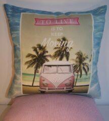 Blauwe By Eef handgemaakt sierkussenhoesje met afbeelding van VW busje roze 45x45