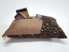 Bruine KnusseKusse ® Woonaccessoire | knus kussen | uniek | handgemaakt | insteekvakken en pockets | voor mobiel, afstandbediening, flesje, tijdschrift, bril, zakdoekjes | voor de thuiswerker/-zitter
