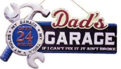 Mooiblik Dad's Garage Open 24 Hours. Metalen wandbord in reliëf 60 x 35 cm.
