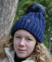 Donkerblauwe Hats&Co Dames beanie met pluim, kleur donker blauw.