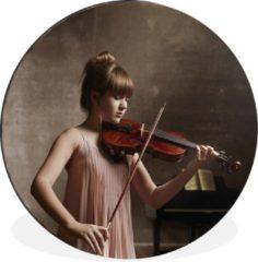 WallCircle Vrouw speelt viool in een oud roze gekleurde jurk Wandcirkel aluminium - ⌀ 140 cm - rond schilderij - fotoprint op aluminium / dibond / muurcirkel / wooncirkel / tuincirkel (wanddecoratie)