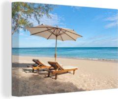Blauwe OneMillionCanvasses Canvas Schilderij Paraplu's op het strand - Een parasol met strandstoelen op een strand canvas - 30x20 cm - Foto print op Canvas schilderij (wanddecoratie woonkamer / slaapkamer)