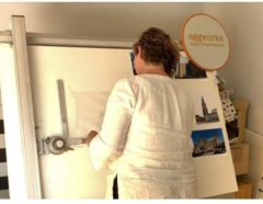 Bruine WoodWideCities Skyline Klok Tilburg Notenhout - Ø 40 cm - Woondecoratie - Wand decoratie woonkamer