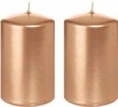Roze Trend Candles 2x Rosegouden cilinderkaarsen/stompkaarsen 5 x 8 cm 18 branduren - Geurloze rose goudkleurige kaarsen – Woondecoraties