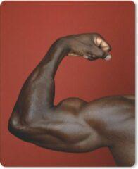 MousePadParadise Muismat Biceps Brachii - Man die zijn Biceps Brachii laat zien op een rode ondergrond muismat rubber - 19x23 cm - Muismat met foto