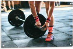 Roze KuijsFotoprint Tuinposter – Fitness Gewichtheffen - 90x60cm Foto op Tuinposter (wanddecoratie voor buiten en binnen)