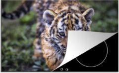 KitchenYeah Luxe inductie beschermer Baby tijger - 80x52 cm - Close-up van een baby tijger - afdekplaat voor kookplaat - 3mm dik inductie bescherming - inductiebeschermer