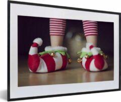 PosterMonkey Foto in lijst - Elfje draagt kerstslippers fotolijst 60x40 cm - Poster in lijst (Wanddecoratie woonkamer / slaapkamer)