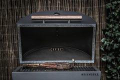 Naturelkleurige HNYGRLL serie 1 barbecue met cortenstalen zuil en volledig accessoirepakket