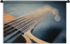 1001Tapestries Wandkleed Akoestische gitaar - Close up van de snaren van een Akoestische gitaar Wandkleed katoen 90x60 cm - Wandtapijt met foto