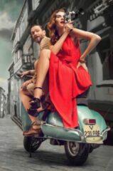 JJ-Art (Aluminium) | Man en vrouw in rode jurk op klassieke vintage Vespa scooter | motor, vintage poster look, Fine Art, Italië | Foto-Schilderij print op Dibond / Aluminium (metaal wanddecoratie) | KIES JE MAAT