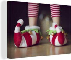 OneMillionCanvasses Elfje draagt kerstslippers canvas 180x120 cm - Foto print op Canvas schilderij (Wanddecoratie woonkamer / slaapkamer) XXL / Groot formaat!