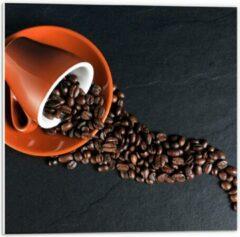 Oranje KuijsFotoprint Forex - Koffiekop met omgevallen Koffiebonen - 50x50cm Foto op Forex