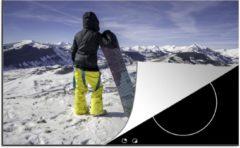 KitchenYeah Luxe inductie beschermer Snowboarden - 78x52 cm - Een meisje met snowboard staat te kijken naar besneeuwde bergen - afdekplaat voor kookplaat - 3mm dik inductie bescherming - inductiebeschermer