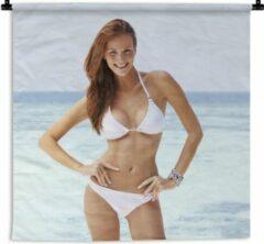 1001Tapestries Wandkleed Bikini Babes - Een jonge vrouw met een witte bikini poseert voor de camera Wandkleed katoen 150x150 cm - Wandtapijt met foto