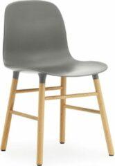 Grijze Normann Copenhagen Form Chair stoel met eiken onderstel grijs