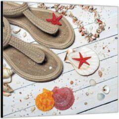 Rode KuijsFotoprint Dibond –Strandslippers op Witte Vlonder met Schelpjes– 50x50 Foto op Aluminium (Wanddecoratie van metaal)