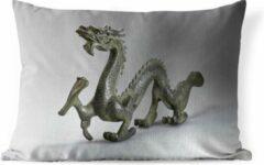PillowMonkey Sierkussen Chinese draak voor buiten - Een kleine Chinese draak - 60x40 cm - rechthoekig weerbestendig tuinkussen / tuinmeubelkussen van polyester