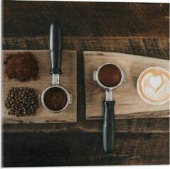 Beige KuijsFotoprint Plexiglas - Gemalen Koffiebonen en Koffie op een Plankje - 50x50cm Foto op Plexiglas (Met Ophangsysteem)