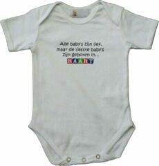 """Link Kidswear Witte romper met """"Alle baby's zijn lief, maar de liefste baby's zijn geboren in Maart"""" - maat 74/80 - babyshower, zwanger, cadeautje, kraamcadeau, grappig, geschenk, baby, tekst, bodieke"""