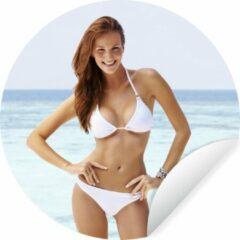 WallCircle Jonge vrouw met een witte bikini poseert voor de camera Wandcirkel behangsticker ⌀ 140 cm / behangcirkel / muurcirkel / wooncirkel - zelfklevend & rond uitgesneden