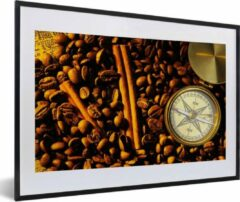 PosterMonkey Foto in lijst - Kompasroos tussen koffiebonen en kaneelstokjes fotolijst zwart met witte passe-partout 60x40 cm - Poster in lijst (Wanddecoratie woonkamer / slaapkamer)