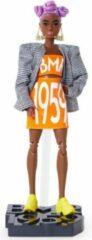Oranje Barbie BMR1959 Beweegbare Pop (petite) bijpassend logo op top en rok, met blazer