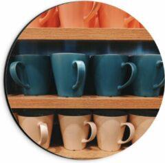 Beige KuijsFotoprint Dibond Wandcirkel - Kleurrijke Mokken op Houten Planken - 20x20cm Foto op Aluminium Wandcirkel (met ophangsysteem)