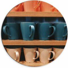 Beige KuijsFotoprint Dibond Wandcirkel - Kleurrijke Mokken op Houten Planken - 70x70cm Foto op Aluminium Wandcirkel (met ophangsysteem)