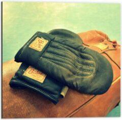 Bruine KuijsFotoprint Dibond - Ouderwetse Handschoenen met Boksbal - 50x50cm Foto op Aluminium (Wanddecoratie van metaal)