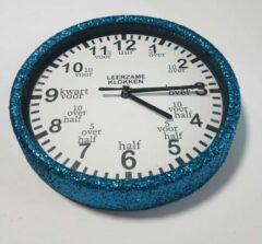 Leerzameklokken.nl Leer klokkijken-leerzame kinder klok- glitter wandklok blauw/wit 20 cm