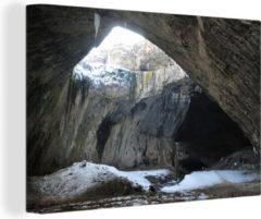 OneMillionCanvasses Sneeuw door het dak van de Devetashka grot Canvas 120x80 cm - Foto print op Canvas schilderij (Wanddecoratie woonkamer / slaapkamer)