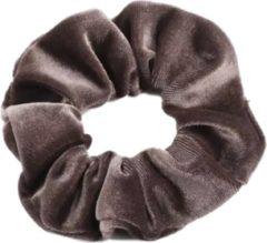 Bruine Scrunchie 1 stuks Velvet Extra Vol en Luxe Donker taupe - haarwokkel haarelastiek - scrunchies kraagjeskopen.nl