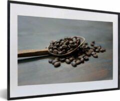 PosterMonkey Foto in lijst - Koffiebonen in een houten pollepel fotolijst zwart met witte passe-partout middel 60x40 cm - Poster in lijst (Wanddecoratie woonkamer / slaapkamer)