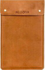Negotia Leather NEGOTIA Alpha - Laptopsleeve 13,8 inch - Macbook Air & Pro 13 inch Sleeve - Luxe Top-Grain Leren Laptophoes 13 inch - Bruin