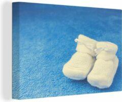 OneMillionCanvasses Baby sloffen op blauwe achtergrond canvas 2cm 60x40 cm - Foto print op Canvas schilderij (Wanddecoratie woonkamer / slaapkamer)
