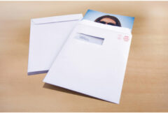 Akte envelop met venster Raadhuis 220x312mm C4 wit met plakstrip doos a 250 stuks