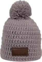 Beige Poederbaas grijs gehaakte muts met pompom en leren label, skimuts met fleece aan binnenzijde