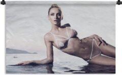 1001Tapestries Wandkleed Bikini Babes - Een blonde vrouw in een bikini Wandkleed katoen 60x40 cm - Wandtapijt met foto