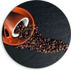 Oranje KuijsFotoprint Dibond Wandcirkel - Koffiekop met omgevallen Koffiebonen - 40x40cm Foto op Aluminium Wandcirkel (met ophangsysteem)