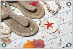 Rode KuijsFotoprint Tuinposter –Strandslippers op Witte Vlonder met Schelpjes– 40x30 Foto op Tuinposter (wanddecoratie voor buiten en binnen)