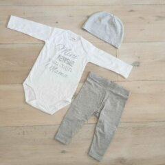 Merkloos / Sans marque Baby cadeau geboorte unisex jongen of Meisje Setje 3-delig newborn | maat 50-56 | grijs mutsje en broekje en romper lange mouw wit met zilveren tekst mini versie van mijn mama | Bodysuit | pakje | Kraamcadeau | Gift Set