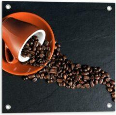 Oranje KuijsFotoprint Tuinposter – Koffiekop met omgevallen Koffiebonen - 50x50cm Foto op Tuinposter (wanddecoratie voor buiten en binnen)