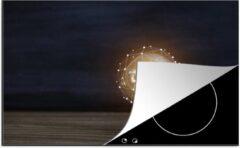 KitchenYeah Luxe inductie beschermer Gloeilampen - 80x52 cm - Brandende gloeilamp op een houten tafel - afdekplaat voor kookplaat - 3mm dik inductie bescherming